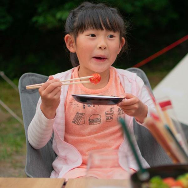 料理を食べる子供